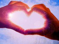 Sonne durch Herzfinger